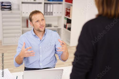 geschäftsmann erklärt seiner kollegin etwas Billede på lærred