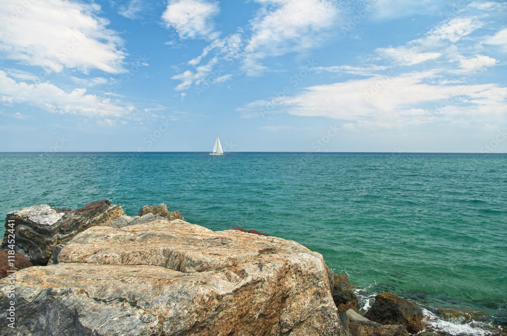 Weiße Segelboot am Horizont im Meer von der felsigen Küste Foto ...