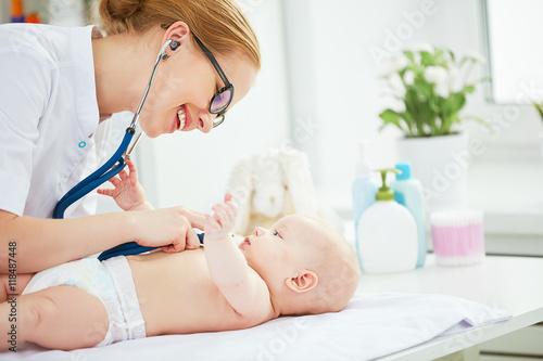 Fotografia  Doctor pediatrician and baby patient