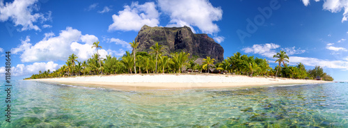 In de dag Eiland Mauritius Island panorama with Le Morne Brabant mount