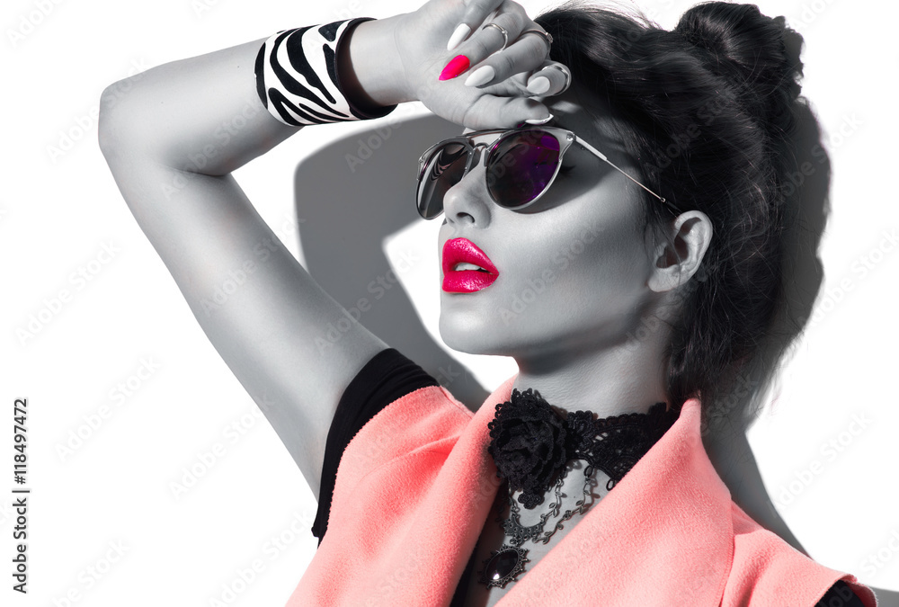 Fototapeta Beauty fashion model girl black and white portrait, wearing stylish sunglasses