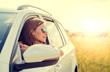 Frau entspannt im Auto