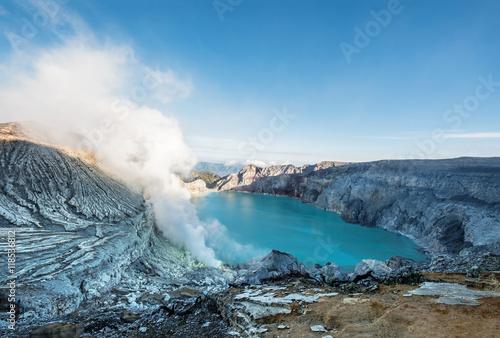 panoramiczny-kawah-ijen-popularny-punkt-zwrotny-w-indonesi