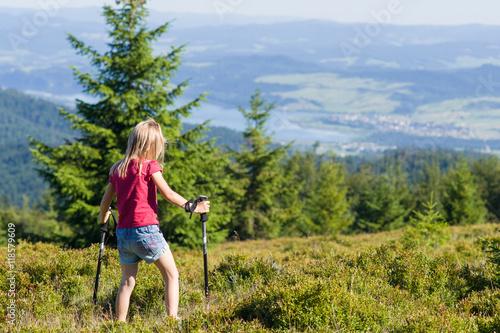 Fototapeta dziewczynka z kijami trekkingowymi w górach, Gorce, widok na zalew Czorsztyński obraz