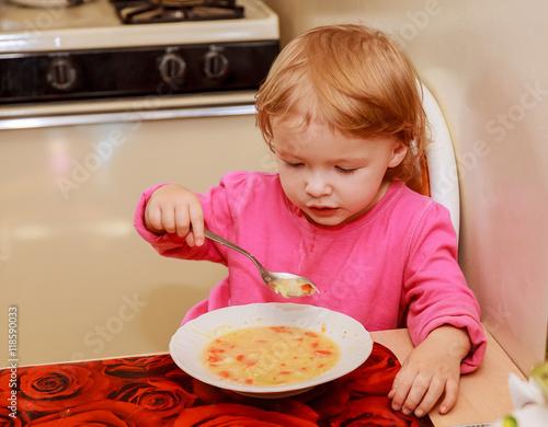 Foto op Canvas Kruidenierswinkel Girl-preschooler eats a tasty meal in cozy