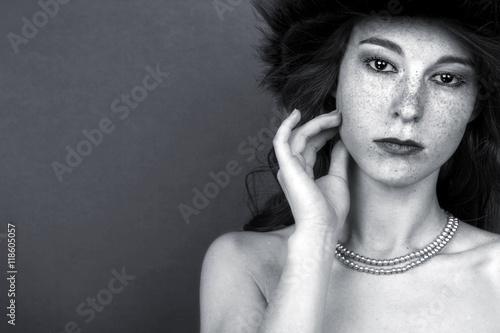 Fototapety, obrazy: Monochromes, emotionales Porträt einer jungen Frau mit Sommersprossen