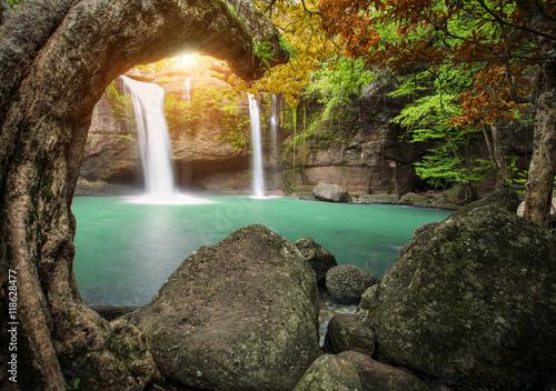 Montage in der Fensternische Wasserfalle hew su wat waterfall in khao yai national park thailand