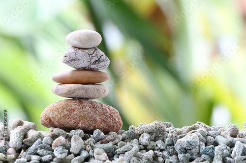 Doppelrollo mit Motiv - Balance stone on pile rock with garden background.