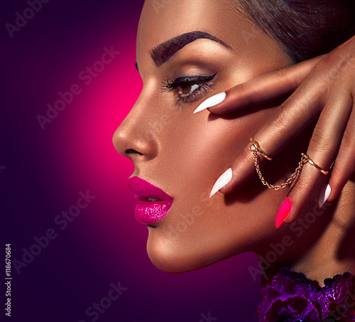 Foto op Plexiglas Beauty Sexy model with brown skin and purple lips over dark background