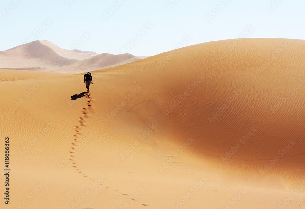 Fototapety, obrazy: Mann laeuft durch die Wüste von Namibia