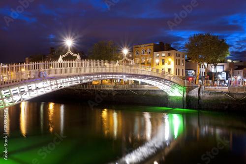 Fotografia  Ha'penny Bridge in Dublin over the Liffey River at night