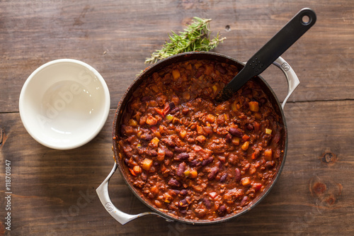 Photo  Organic Vegetarian Chili In Iron Pot Served With Rosemary On Dis