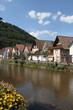 Häuser an einem Fluss im Hochformat