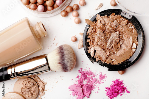 Fotografía  Cosméticos de maquillaje aislados sobre fondo blanco
