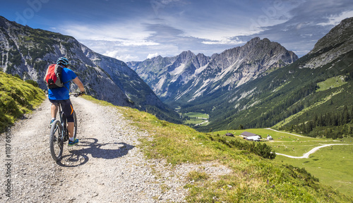 Photo Mountainbiker mit Ebike in den Alpen