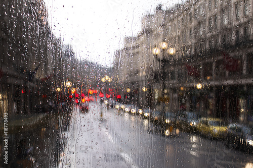 blurred view of road traffic in London on a rainy day through the bus window Fototapete