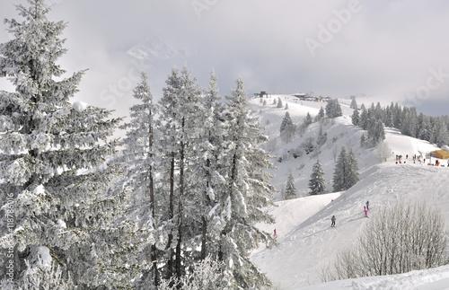Fotobehang Wintersporten pistes de ski sous les nuages