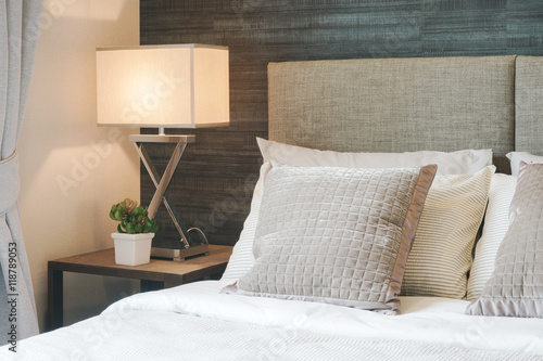 Fotografia  Hotel style bedding with white shade reading lamp