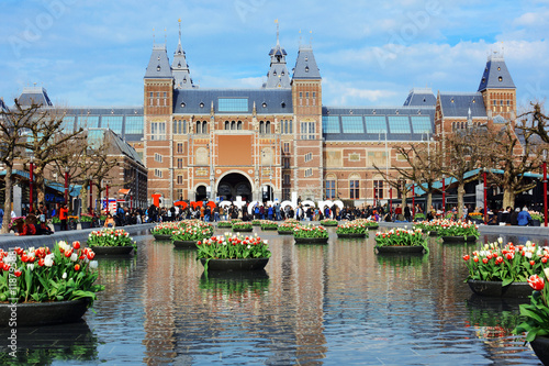 Deurstickers Amsterdam Rijksmuseum / Reichsmuseum in Amsterdam mit Tulpen