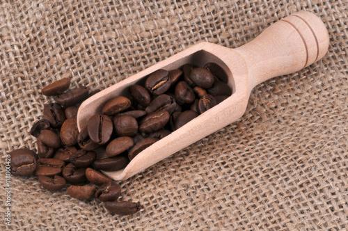 Wall Murals Coffee beans Petite pelle en bois de grains de café sur une toile de jute