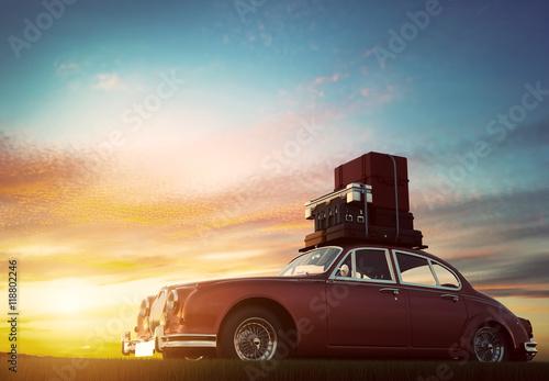 zabytkowy-czerwony-samochod-na-chromowanych-felgach-z-bagazem-na-dachu-o-zachodzie-slonca