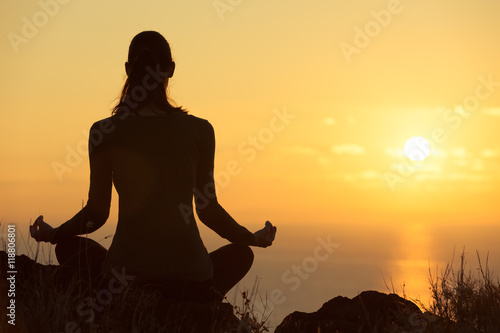 Fotobehang School de yoga Woman meditating in a beautiful outdoor setting.