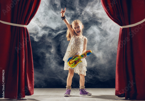 Plakat dziewczyna gra na gitarze na scenie