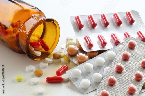 Fotografia  Medikamentenverpackung früher und heute