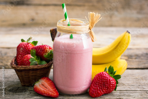 Ingelijste posters Milkshake Fresh strawberry and banana smoothie
