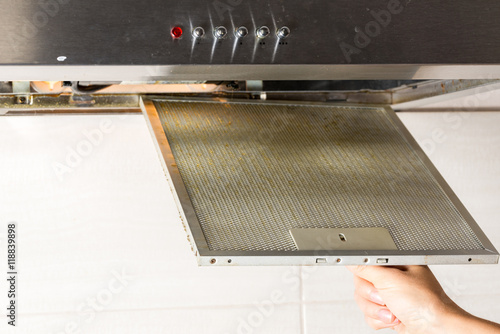 Take the aluminum mesh filter out of  the cooker hood Plakát