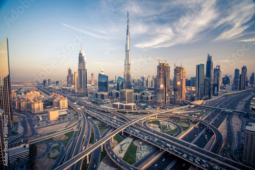 Photographie Dubai skyline with beautiful city close to it's busiest highway on traffic