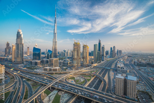 Photo  Dubai skyline with beautiful city close to it's busiest highway on traffic