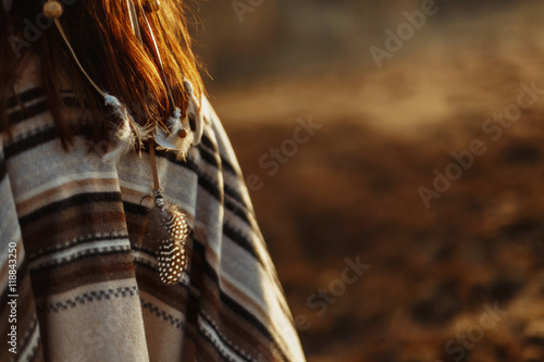 Fotografía  back of native indian american woman walking in mountains in eve
