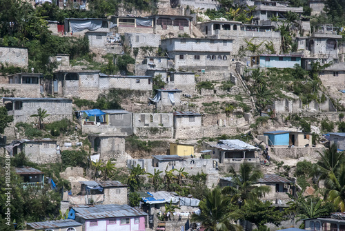 Fotografia Homes tightly clustered on steep hillside in Carrefour, Haiti