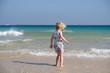 kleines mädchen steht am strand
