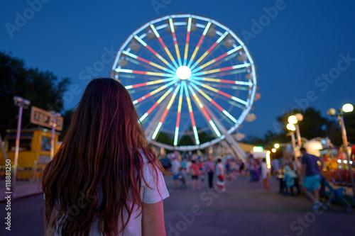 Staande foto Amusementspark Teen girl in amusement park