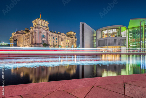 berlinski-reichstag-i-rzeka-sprewa-oswietlone-budynki-noca