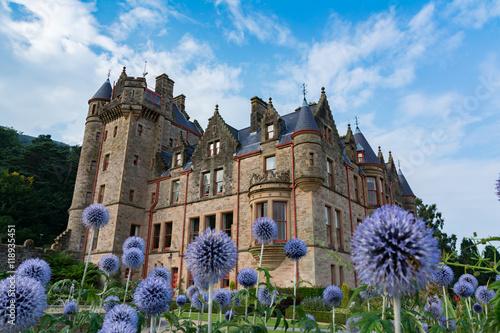 Leinwand Poster Verträumtes Belfast Castle auf schönen Blumen in der Garten-Perspektive eins