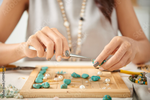 Jewelry designer using pliers in her work Tablou Canvas