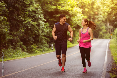 Foto  Couples take vacations jogging in the forest.