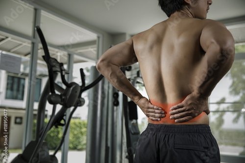 Fotografia  Man suffers severe back at the gym