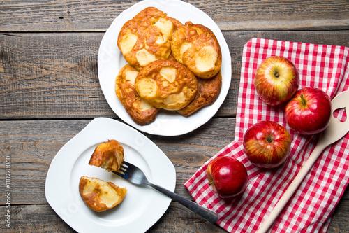 Fototapeta Pyszne domowe racuchy z jabłkami obraz
