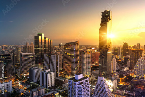 Photo  Aerial view of Bangkok modern office buildings, condominium in Bangkok city down