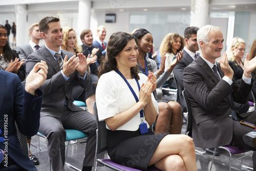 Carta da parati Audience Applauding Speaker After Conference Presentation
