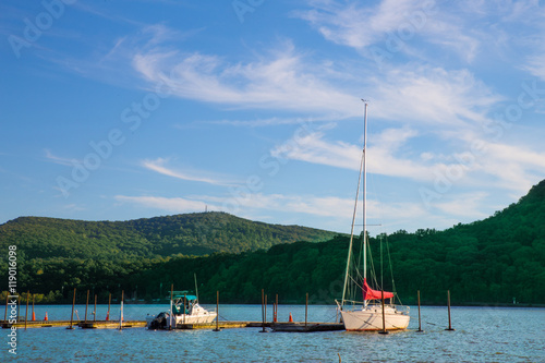 Fotografie, Tablou  View of Hudson Valley in New York State with boats on the Hudson River and mount
