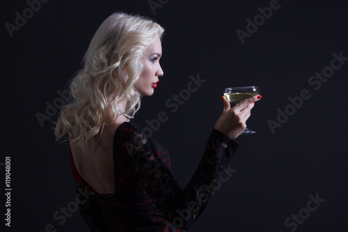Fotografía  Luxury young woman with glass of champagne.
