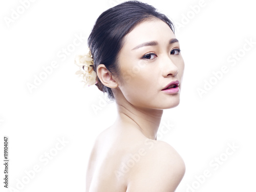 Photo  portrait of a young asian woman, isolated on white background