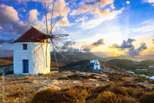 Photo beautiful sunset over windmills. Amorgos island, Greece