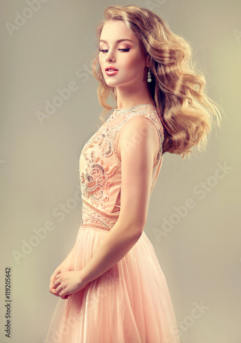 Tela  Young beautiful woman, dressed in evening gown