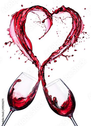 romantyczny-toast-wina-czerwonego-w-bryzgajac-w-sercu